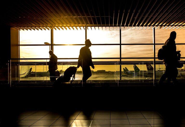 Un aeropuerto con una puesta de sol